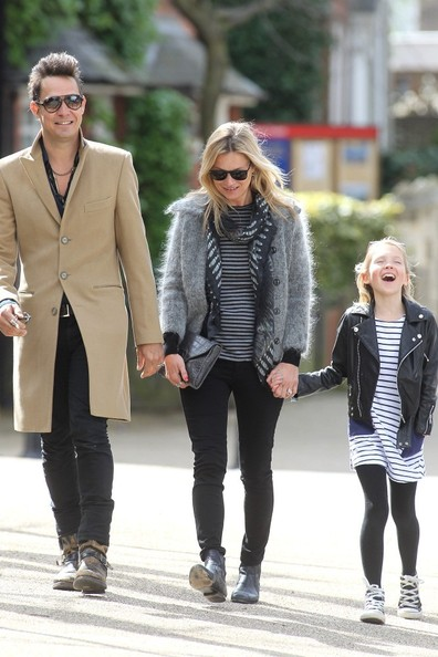 ケイト・モスと夫ジェイミー・ヒンスと娘のライラ・グレースの画像