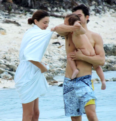 miranda-kerr-family-beach