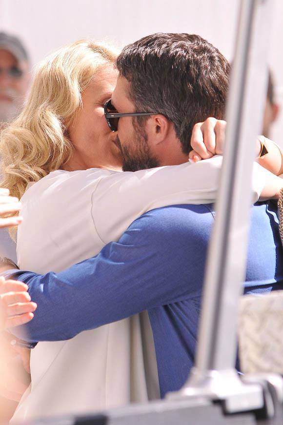 Cameron-Diaz- Taylor-Kinney-kiss3