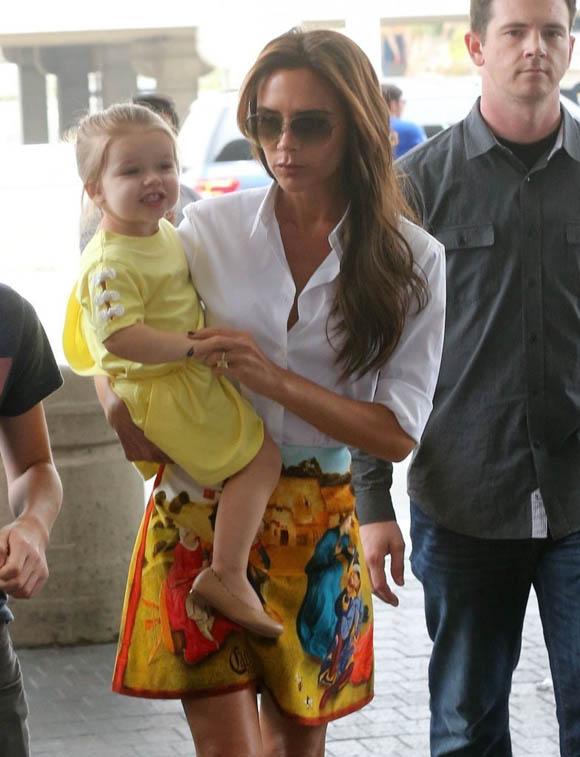 Victoria_Beckham_Victoria_Beckham_Family_Departing_2_svAbJb9z5x