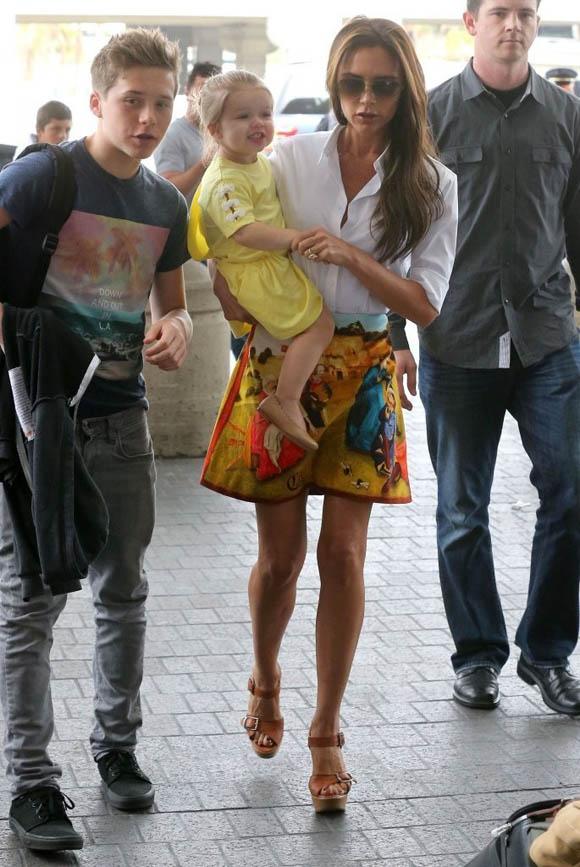 Victoria_Beckham_Victoria_Beckham_Family_Departing_MKDIx6dRAMyx