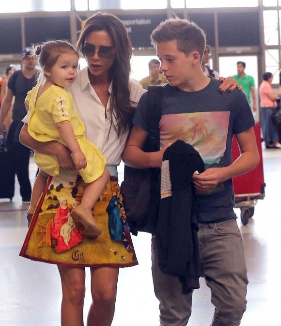Victoria_Beckham_Victoria_Beckham_Family_Departing_l7vR0FEWMKQx