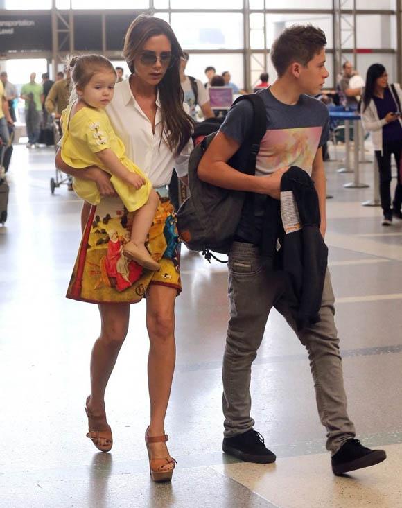 Victoria_Beckham_Victoria_Beckham_Family_Departing_vH0KfG5ccv0x