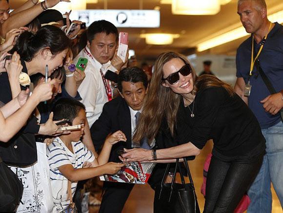 Angelina-Jolie-Brad-Tokyo4